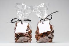 Två eleganta plastpåsar av chokladtryfflar för julgif Royaltyfria Foton