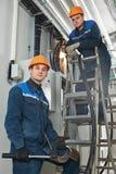 Två elektrikerarbetare på kabel royaltyfria foton