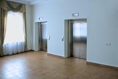 Två elevatorer i en hotellkorridor Arkivbilder