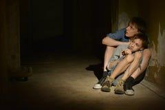 Två ensamma pojkar Fotografering för Bildbyråer