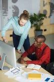Två entreprenörer som använder datoren arkivbild
