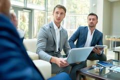 Två entreprenörer som kastar affärsprojekt Arkivbild