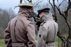 Två estonian soldater arkivbild