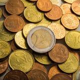 Två euro och mynt Eurocent mynt Arkivfoto