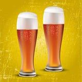 Två exponeringsglas av öl Arkivfoton