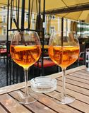 Två exponeringsglas av Aperol Spritz med sugrör royaltyfri bild