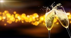 Två exponeringsglas av champagne över suddighet spots bakgrund Fotografering för Bildbyråer
