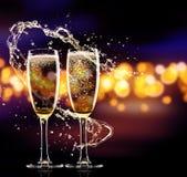 Två exponeringsglas av champagne över suddighet spots bakgrund Royaltyfria Bilder
