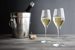 Två exponeringsglas av Champagne Arkivfoto
