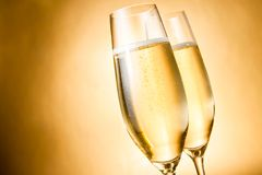 Två exponeringsglas av champagne med guld- bubblor och utrymme för text Royaltyfri Fotografi