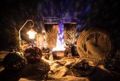 Två exponeringsglas av champagne med julgarnering Traditionell drink för alkohol för vinterferie i snö med idérikt nytt år arkivfoton