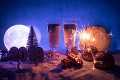 Två exponeringsglas av champagne med julgarnering Traditionell drink för alkohol för vinterferie i snö med idérikt nytt år royaltyfria bilder