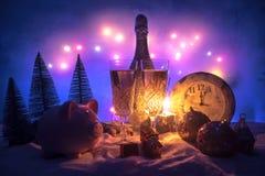 Två exponeringsglas av champagne med julgarnering Traditionell drink för alkohol för vinterferie i snö med idérikt nytt år arkivbild