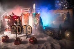 Två exponeringsglas av champagne med julgarnering Traditionell drink för alkohol för vinterferie i snö med idérikt nytt år royaltyfri foto