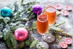 Två exponeringsglas av champagne med julgranfilialen Arkivfoto