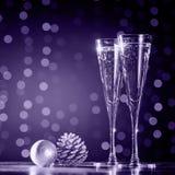 Två exponeringsglas av champagne med julleksaker Festlig ljusbok arkivbilder