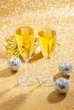 Två exponeringsglas av champagne med karneval maskerar Arkivfoto