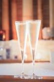 Två exponeringsglas av champagne nära bubbelpool som bakgrund är kan vykortet använda valentiner ro Royaltyfria Foton
