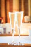 Två exponeringsglas av champagne nära bubbelpool som bakgrund är kan vykortet använda valentiner ro Arkivfoto