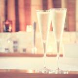Två exponeringsglas av champagne nära bubbelpool som bakgrund är kan vykortet använda valentiner ro Arkivfoton