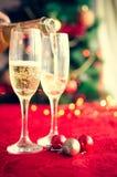 Två exponeringsglas av champagne nära härligt julträd Royaltyfria Bilder