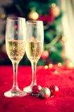Två exponeringsglas av champagne nära härligt julträd Fotografering för Bildbyråer