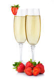 Två exponeringsglas av champagne och den nya jordgubben som isoleras på vit Royaltyfri Foto