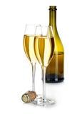 Två exponeringsglas av champagne på bakgrunden av den bruna flasknärbilden som isoleras på en vit festlig livstid fortfarande Royaltyfria Foton