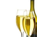 Två exponeringsglas av champagne på bakgrunden av den bruna flasknärbilden som isoleras på en vit festlig livstid fortfarande Royaltyfria Bilder