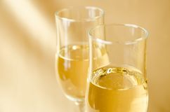 Två exponeringsglas av champagne på en bakgrund av ett tyg Royaltyfria Foton