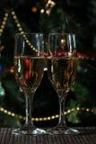 Två exponeringsglas av champagne på julbakgrund royaltyfria bilder