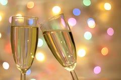 Två exponeringsglas av champagne på suddig bakgrund för nytt år Arkivbild