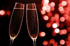 Två exponeringsglas av champagne på svart stilfull bakgrund ställe royaltyfria foton