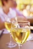 Två exponeringsglas av chardonnay vin Royaltyfri Bild