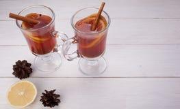 Två exponeringsglas av den glödheta drinken mulled wine Arkivfoto