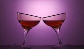 Två exponeringsglas av den kosmopolitiska coctailen Arkivfoto
