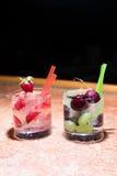 Två exponeringsglas av jordgubbe- och druvamojitoes Royaltyfri Fotografi
