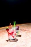 Två exponeringsglas av jordgubbe- och druvamojitoes Royaltyfria Bilder