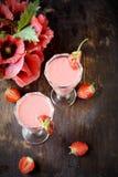 Två exponeringsglas av jordgubbecoctailen Fotografering för Bildbyråer