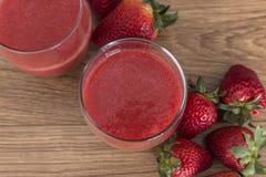 Två exponeringsglas av jordgubbefruktsaft Fotografering för Bildbyråer
