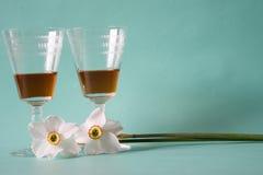 Två exponeringsglas av konjak- eller konjak- och vitpåskliljor på ett friläge Arkivbilder
