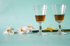 Två exponeringsglas av konjak- eller konjak- och vitpåskliljor på ett friläge Royaltyfri Fotografi