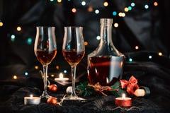 Två exponeringsglas av konjak på mörk bakgrund Royaltyfri Foto