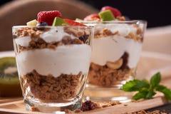 Två exponeringsglas av läckra yoghurtfrukter på tabellen royaltyfria bilder