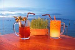 Två exponeringsglas av läsken på stranden Fotografering för Bildbyråer