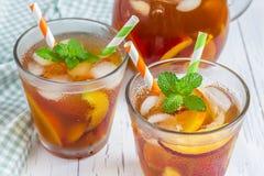Två exponeringsglas av med is te för nektarin fotografering för bildbyråer