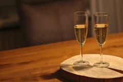 Två exponeringsglas av mousserande vin/champagne på träplattan royaltyfria foton