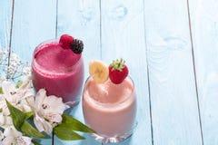 Två exponeringsglas av nya sunda fruktsmoothies Arkivfoto