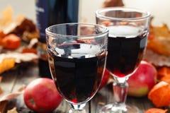 Två exponeringsglas av rött ungt vin efter skörd arkivbild
