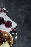 Två exponeringsglas av rött vin, huggen av spansk hårdostmanchego, bästa sikt royaltyfria foton